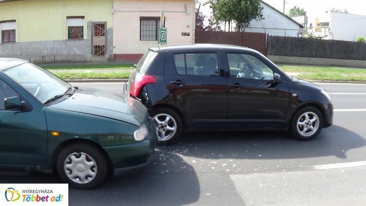 Forgalmi okokból lassított egy jármű az Orosi úton, a mögötte érkező nem tudott megállni
