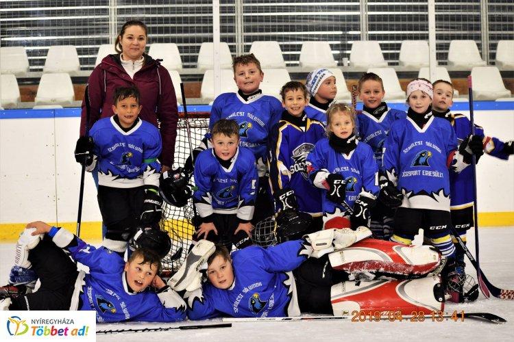 Két korosztály, négy meccs, négy győzelem - remekül játszottak a jégkorongozók!