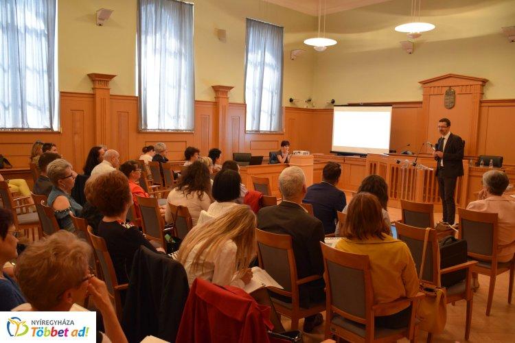 Jogász-konferencia a Nyíregyházi Törvényszéken, nagy volt az érdeklődés