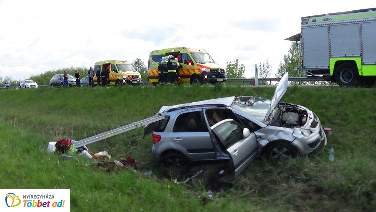Árokba borult egy jármű a 403-as elkerülőn, három sérültet szállítottak kórházba