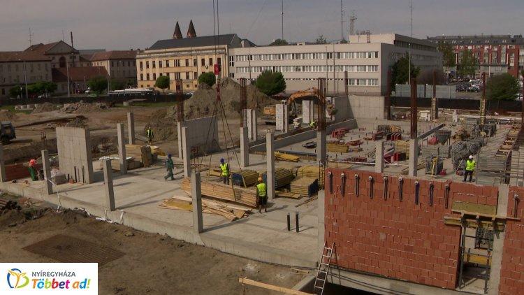 Jó ütemben halad a Bujtosi Uszoda építése, ma a kiszolgáló blokkok födémbetonozása zajlott