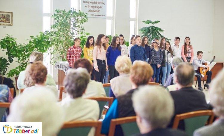 Megható! – Anyák napját tartottak a Szivárvány Idősek Otthonában