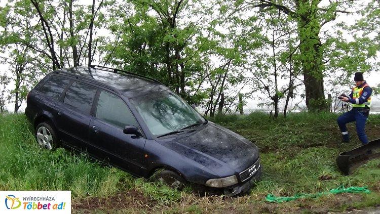 Lesodródott és árokba borult egy jármű Antalbokornál, jelentős az anyagi kár