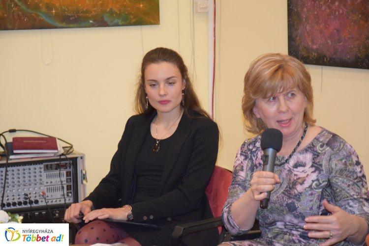 A megyei könyvtárban nagy sikerrel mutatta be Kováts Judit írónő Hazátlanok című regényét