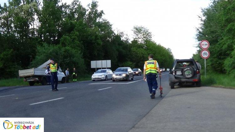Terepjáróba rohant egy kisteherautó a 4-es főútvonalon, hárman megsérültek