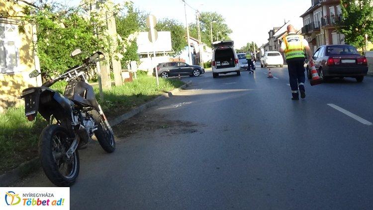Padkának hajtott, majd felborult egy motoros a Kállói úton – Kórházban ápolják