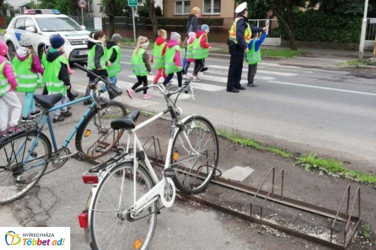 Sétára hívták a tiszavasvári óvodásokat – A szabályos közlekedésről tanultak a gyerekek