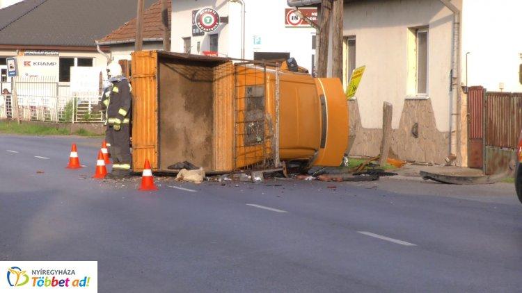 Villanyoszlopnak ütközött, majd felborult egy jármű – Ketten megsérültek