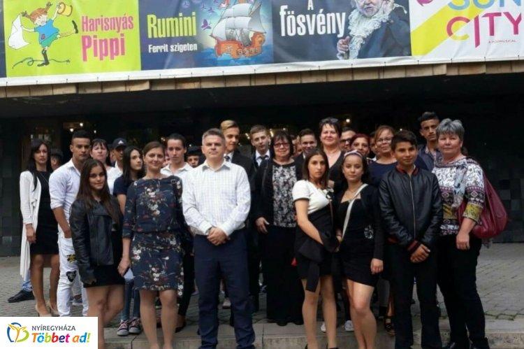 Budapesti színházlátogatást szerveztek a bűnmegelőzési pályázatban résztvevőknek