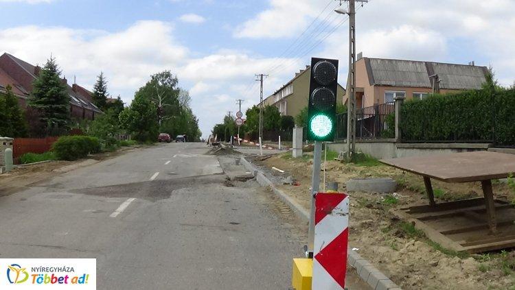 Jelzőlámpa irányítja a forgalmat a kertvárosi Legyező és a Derkovits utcán