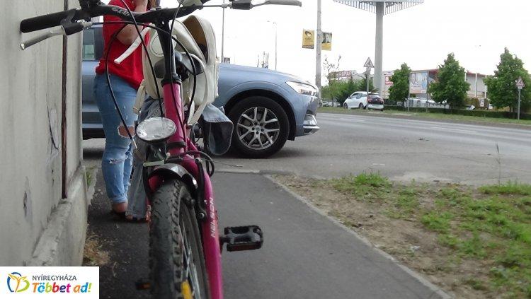 Kerékpáros és személyautó ütközött a László utcán, személyi sérülés nem történt