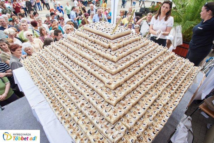 Boldog születésnapot Nyíregyháza! - 2500 szelet tortát osztottak ki a Kossuth téren!