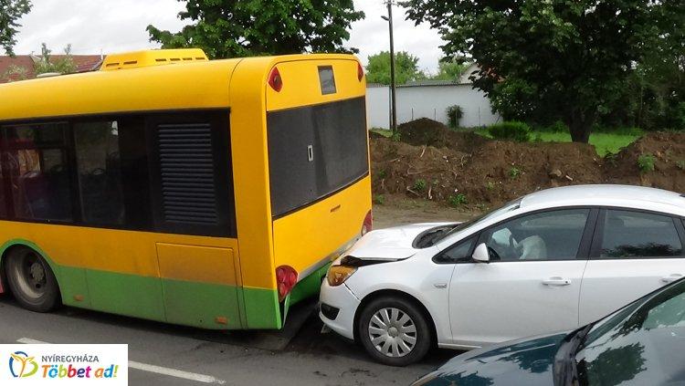 Egy álló autóbusz hátuljának ütközött egy személygépkocsi