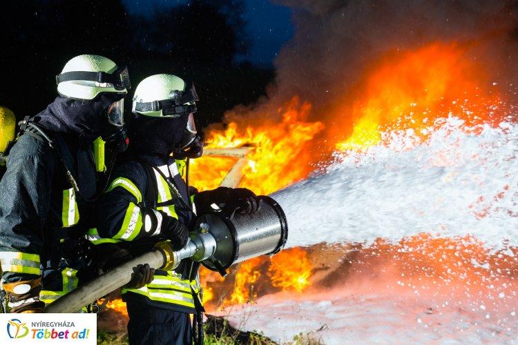 Tizenöt hektáron égett a nádas Nagykállónál, a tűzesethez a nyíregyházi tűzoltók vonultak