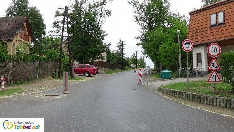 Megújul a burkolat a Fenyő utcán – Korlátozások lesznek érvényben a munkálatok idején