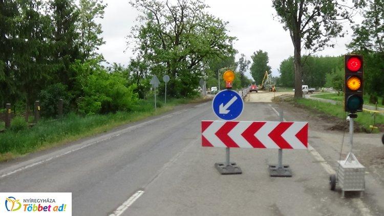 Jelzőlámpa irányítja a 38-as számú főút forgalmát Nyíregyháza és Nyírtelek között