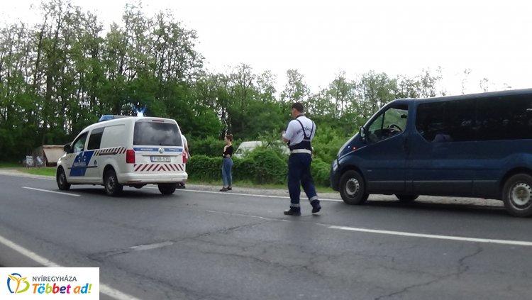 Balesetbe tartó rendőrautóval karambolozott egy külföldi rendszámú jármű Nyíregyházán