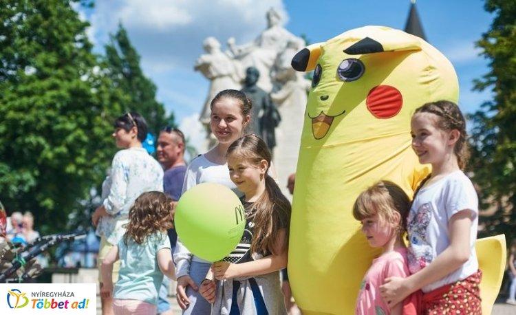 Rengetegen érkeztek a Városi Gyermeknapra – Ugrálóvár, óriáscsúszda és fellépők sora!