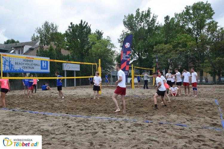 Parkröplabda - az Aréna parkolójában strandröplabda versenyt rendeztek diákoknak