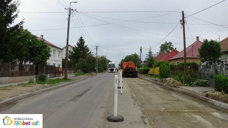 Zajlanak az útfelújítási munkálatok a Kertvárosban, a Dugonics utcán