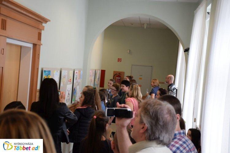 Gyermekrajzokból álló kiállítás nyílt a Nyíregyházi Törvényszéken