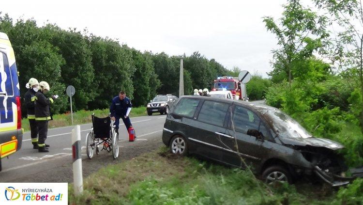 Árokba hajtott és fának ütközött egy jármű Jánosbokornál, ketten megsérültek