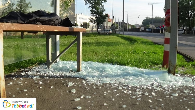 Buszmegállót romboltak ismeretlenek a Kiskörúton  - A rendőrség keresi az elkövetőket