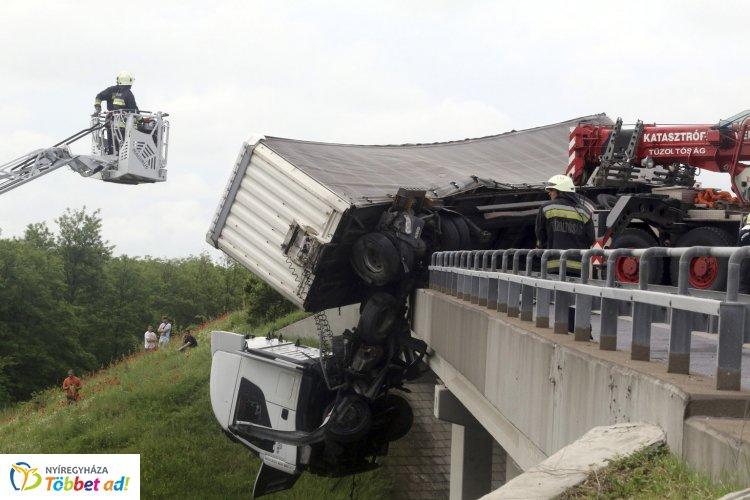 Hátborzongató – Kamion lóg az M3-as autópálya hídjáról a Nyíregyháza felé vezető szakaszon