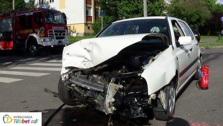Totálkárosra törtek – Három sérültet szállítottak el a Garibaldin történt balesetből