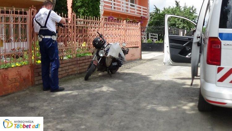 Kisteherautónak ütközött egy motoros Újfehértón, rendőri intézkedésre is szükség volt