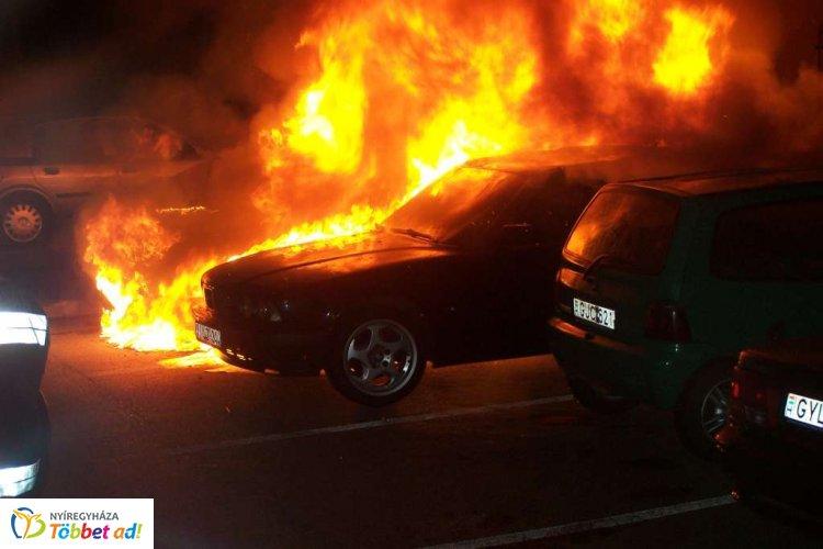 Kigyulladt egy személyautó motortere egy parkolóban, Nyíregyházán