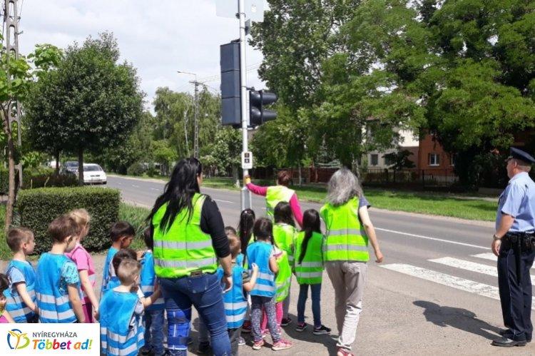 Óvodásokat tanítanak a biztonságos közlekedésre - Nagy sikert arat a gyerekek körében