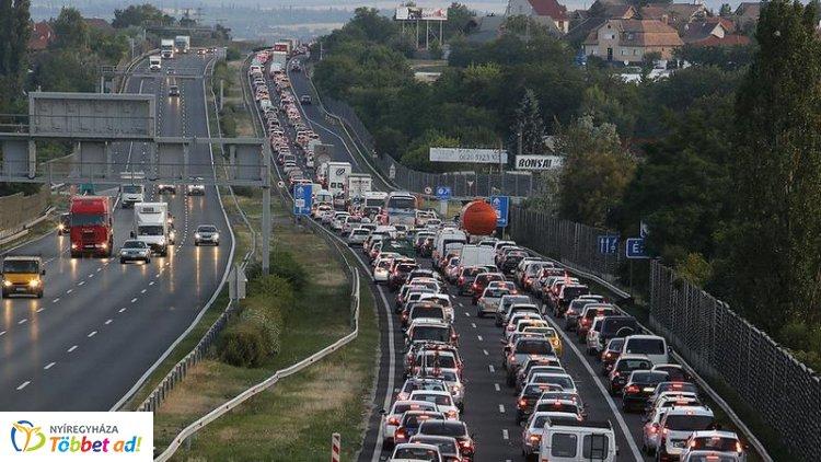 Tíz kilométeres torlódás alakult ki az M7-es autópályán a Balaton irányába