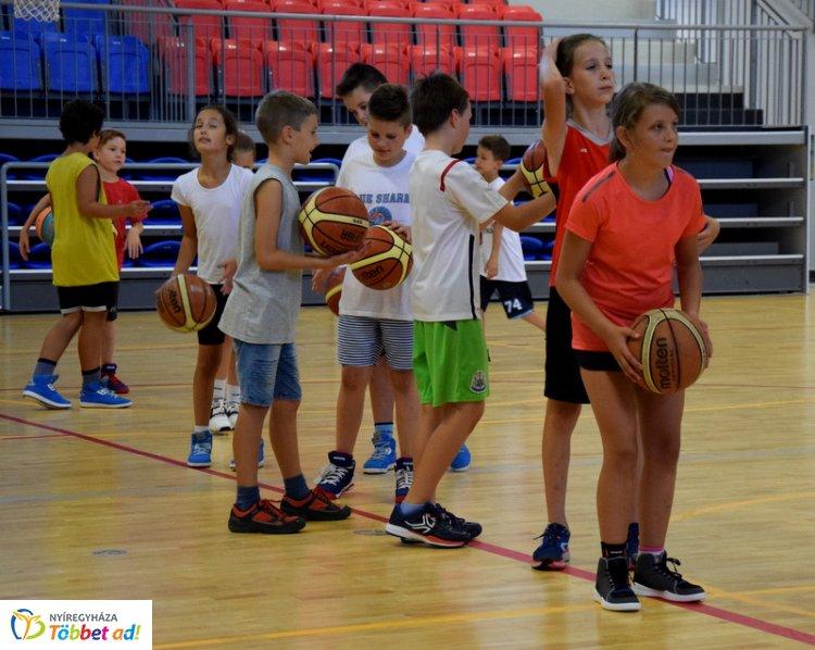 A gyerekek a felnőtt csapat tagjaival együtt tréningezhetnek - Kosaras tábor!