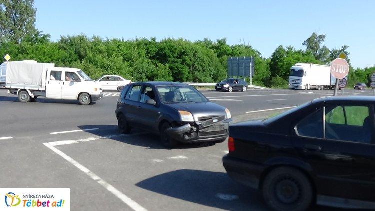 Nem adott elsőbbséget – Egy személy megsérült a 403-as elkerülőn történt balesetben