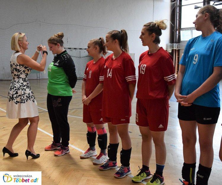 Megkapták a bajnoki aranyérmet a Nyíregyházi Sportcentrum kézilabdás lányai