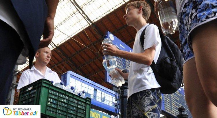 Hőségriadó: ásványvizet oszt utasainak a MÁV – Nyíregyházán is!