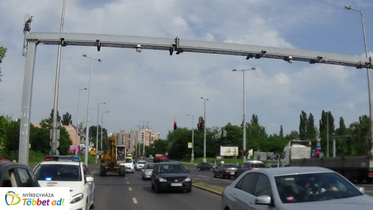 A VÉDA kapu alatt, a Pazonyi út és László utca csomópontjánál ütközött két jármű