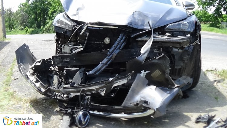 Totálkárosra tört egy személygépkocsi terepjáró a Simai úton – Teherautóval ütközött
