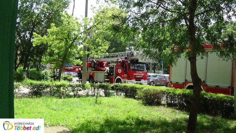 Tűzoltási gyakorlatot tartottak a nyíregyházi tűzoltók a Kossuth utcai 14 emeletesnél
