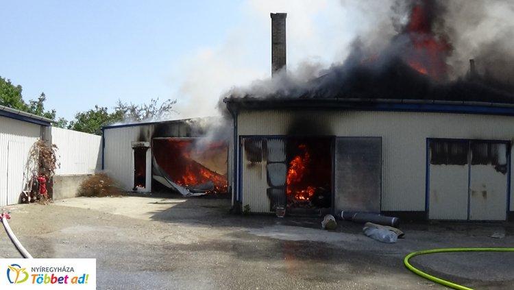 Lángol egy 600 négyzetméteres üzemcsarnok Nyíregyházán – Helyszíni fotók és videók!