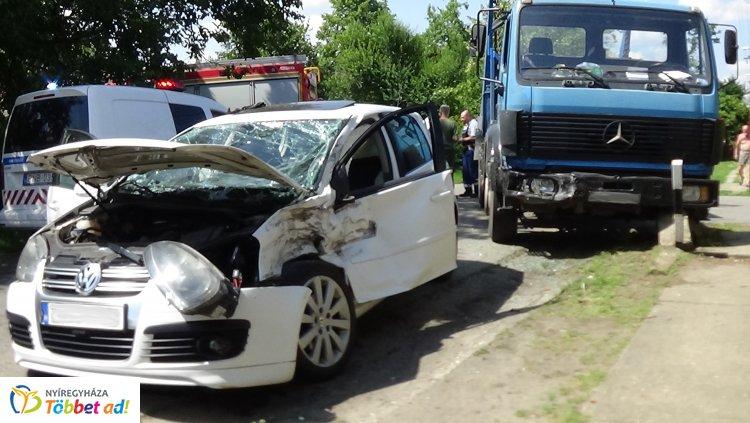 Tűzoltók szabadították ki járművéből a Bukarest utcai baleset sérültjét – Helyszíni fotók!