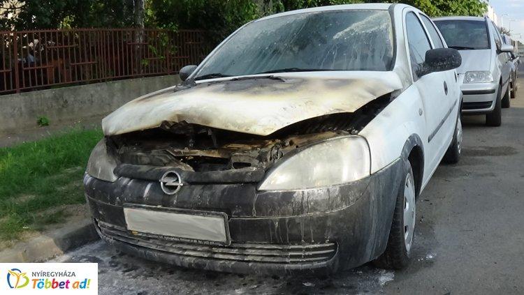 Totálkárosra égett egy parkoló autó a Mező utcában – Szerencsére nem ült a járműben senki!