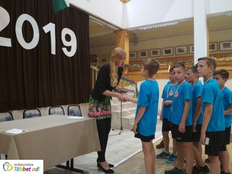 Bajnok labdarúgók - a friss diákolimpiai aranyérmeseket köszöntötték az Eötvösben