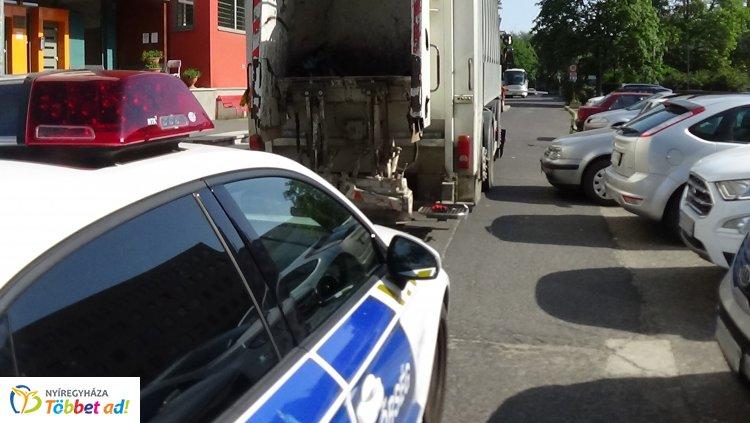 Szemétszállító járműnek hajtott egy személygépkocsi Nyíregyházán, jelentős az anyagi kár