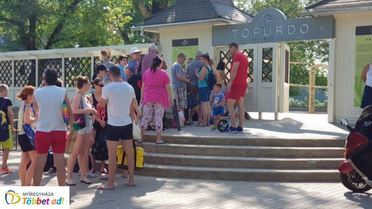 Megnyitott a teljesen felújított Tófürdő! - Az első látogatók ajándékot is kaptak!