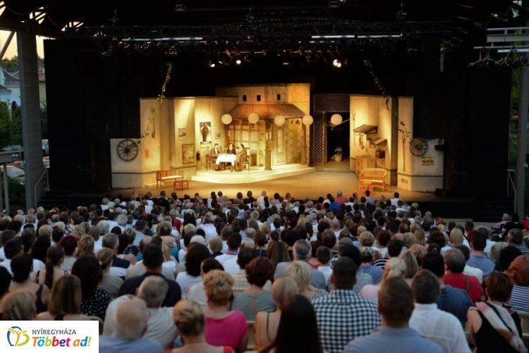 Teltházzal indult a Rózsakert Szabatéri Színpad idei első előadása! - Delila a színpadon!