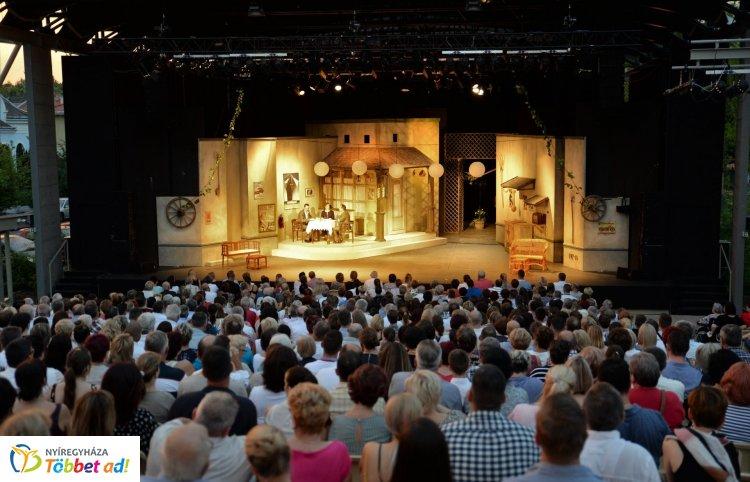 Telt házzal indult a Szabadtéri Színpad – Tarolt a Delila, Mohácsi János rendezésében