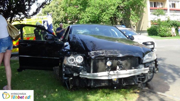 Forgalmas kereszteződésben ütközött két jármű, milliós az anyagi kár