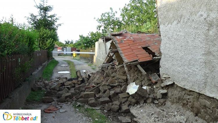 Félelmetes! Kidőlt a fal egy Kapor utcai lakóépületben, lezárták a teljes utcát